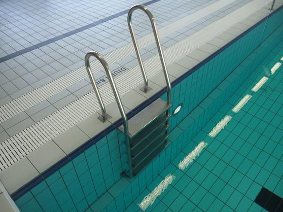 5-stegslejdare, skvalprännegallar för bassängvatten och städränna bakom.