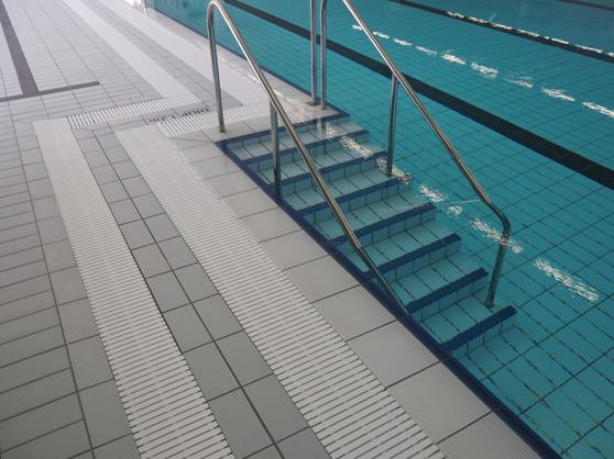 Räckverk för trappa i 25 meters bassängen. Här syns också levererat skvalprännegaller.
