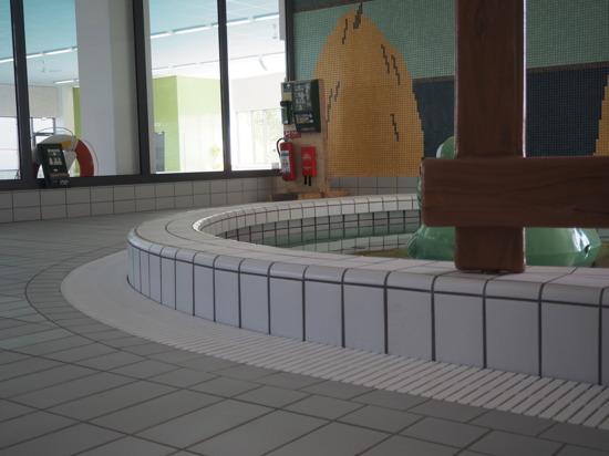 Rundat bassänggaller vid barnbassängen.
