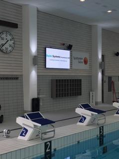 """Display som används vid simtävlingar men också som """"reklam och annons-tavla"""" för kommunens verksamhet"""