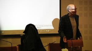Den misstänkte pappan och försvarsadvokat Lars Höggström (t.h.). Foto: Fredrik Björkman/Sveriges Radio