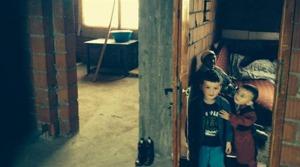 Expressen har tidigare skrivit om Ensar, 4, och hans bror Dian, 3, vars familj bodde i Sverige i sju år innan de utvisades till Kosovo