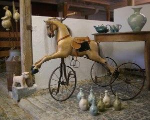 Handgjorda viktorianska gunghästar i trä och keramik verkstad i Köinge utanför Ullared
