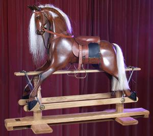 Stor handtillverkad Viktoriansk gunghäst i ädelträ