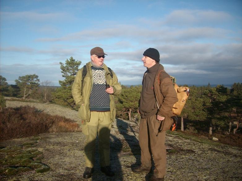 Fredrik Fornander till höger tillsammans med domaren medans Dilshagens Uppa är ute på sök efter hare vid Nordiska Mästerkapen 2014 i Norge. Fina marker med vita harar, men väldigt kuperad terräng.