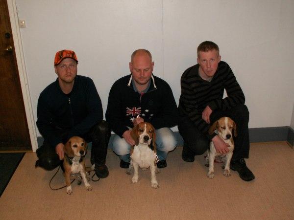 Förare med hundar är från vänster Martin Larsson med Leja, Jonas Marcusson med Valle och Andreas Norberg med Tanja