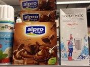 Alpro Soya har många olika produkter -vill du ha krämig chokladdessert med vispad grädde till utan att behöva baka? Finns helt veganprodukter till detta! (de har även grädde som man vispar själv). Till höger står, enligt mig, en av de godaste varianterna av sojamjölk -ICAs (smaka dig fram till just din favorit). Allt går att byta ut till vegan alternativ!