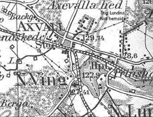 Anknytningen av SAJ i Axvall kom att ske ett stycke öster om stationsbyggnaden där LSSJ från Stenstorp svänger fram mot stationen. (www.stiglundin.se)