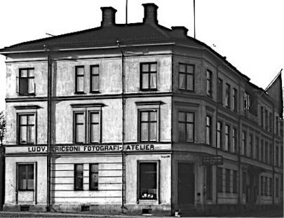 """""""Ludvig Ericsons Fotografi-Ateliér"""" i början av 1900. Ateljéfönster i takfoten t h mot Kungsgatan. (Skövde Stadsmuseum)"""