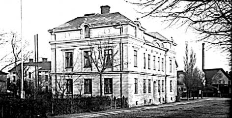 Verkstaden skymtar längst bort i bilden med ett rykande lok på väg söderut. SAJ-banan närmast Skolgatan.(Skövde Stadsmuseum)