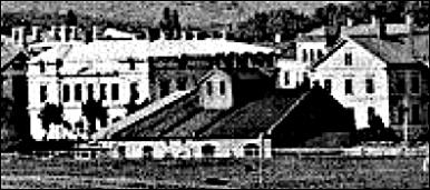 Lokstallet från sydost med Skolgatan 4 och 2 i bild.  (Skövde Stadsmsueum)