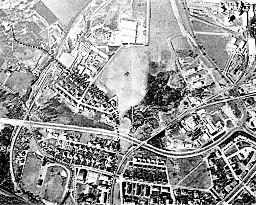 Flygbild från 1961 med Harket i centrum/Carlsro-området. Carlsrovägen utmärkt liksom övningsväg 1913. Carlsro-spåret och SAJ-banan. G:a Varnhemsvägen används och nya byggs.