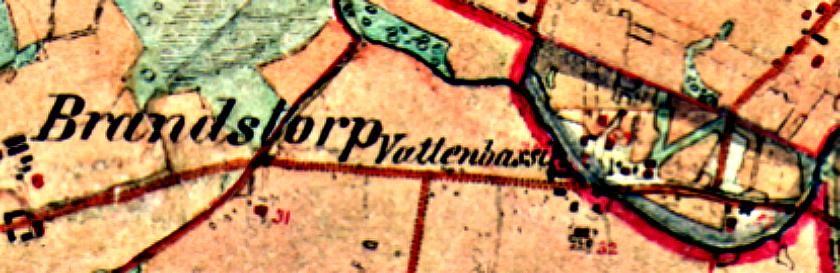 """Häradsekonomiska kartan från 1880 visar """"Vattenbassin"""" för kvarnverksamheten nära Varnhemsvägen. (Lantmäteriets Historiska Kartor)"""