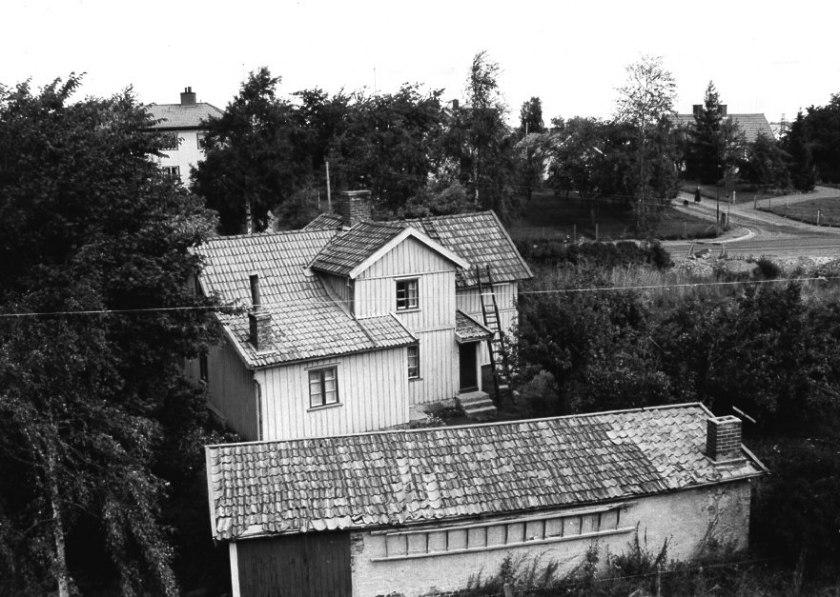 Sveningstorp när Södra Bergsvägen är byggd och den gamla Varnhemsvägen har förpassats till sidogator. Från SAJ-spåret. (Skövde Stadsmuseum)