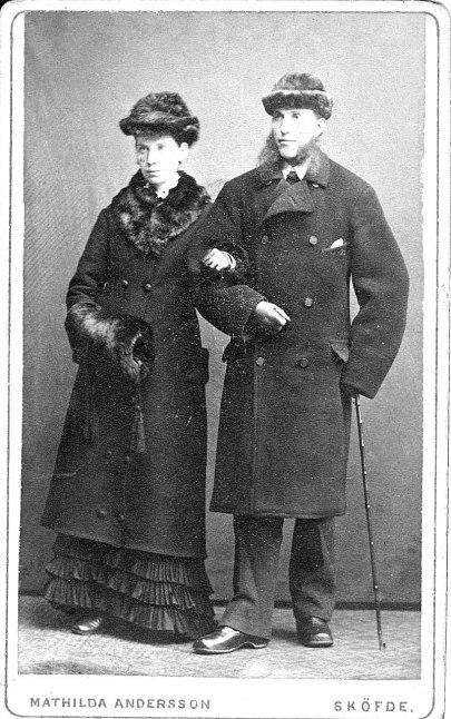 De nygifta makarna Anna och Carl Johanson 1879. Fotograf Mathilda Andersson, Skövde. Bild från sonsonen Rolf Manne.
