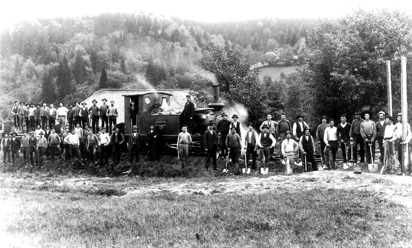 SAJ's rallarlag vid Svarvarebacken Ljungstorp 1903 med loket F.U. Von Essen köpt av Hjo-Stenstorps Järnvägar. (Skövde Stadsmuseum)