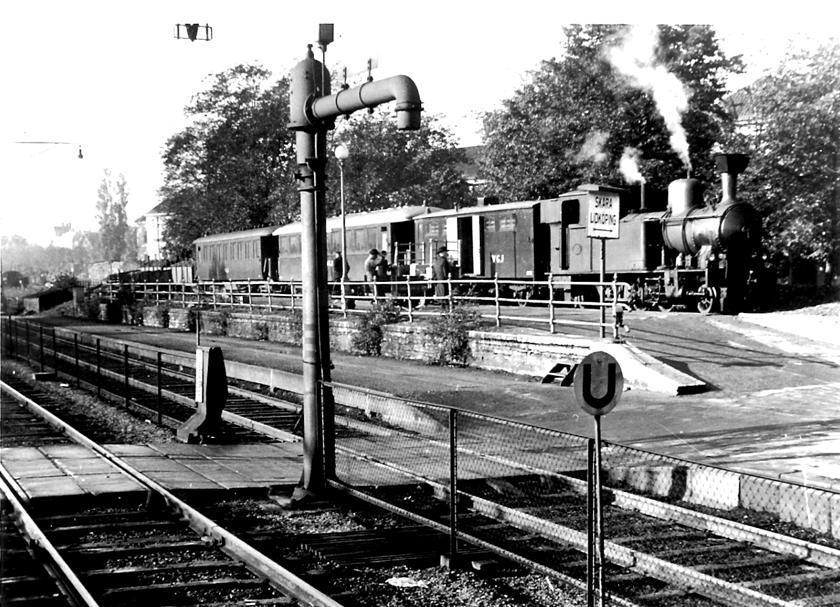 En vacker bild av SAJ-kajen 1940-talet. Nu står det VGJ på vagnarna. Som vanligt ett tåg med kombinerad post- och godsvagn, två personvagnar och lastvagnar på slutet. (Skövde Stadsmuseum)