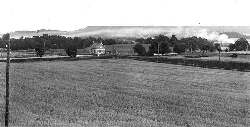 1905 och en bild av idyll. Gullhögen är ännu inte bildat som bolag. Åkrar och fortfarande relativt småskalig kalkbrytning med sin dagliga rök med Billingen i bakgrunden. (Skövde Stadsmuseum)