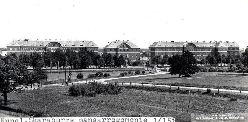 Regementsvägen från kanslihuset till Storgatan via SAJ i plankorsning t v i bild. Bild från spåret.. (www.vykort.panatet.se)