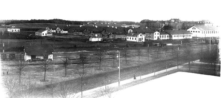 SAJ's norra bangårdsdel med godsmagasinet från väster, spårområde och fram nästan till omlastningsskjulet söderöver. (Skövde Stadsmuseum)