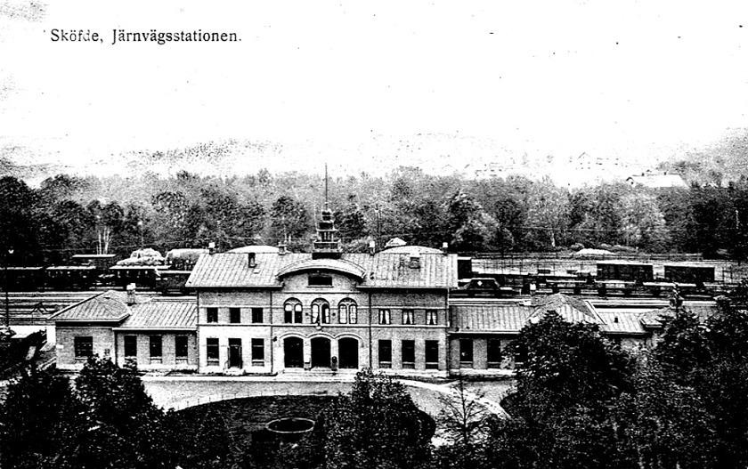 1906 efter om- och tillbyggnad med ett våningsplan genom att höja delar av taket. Ny takutformning med välvda takbågar. En på västsidan och två i öster. Vattenkurens saga är all. (Skövde Stadsmuseum)
