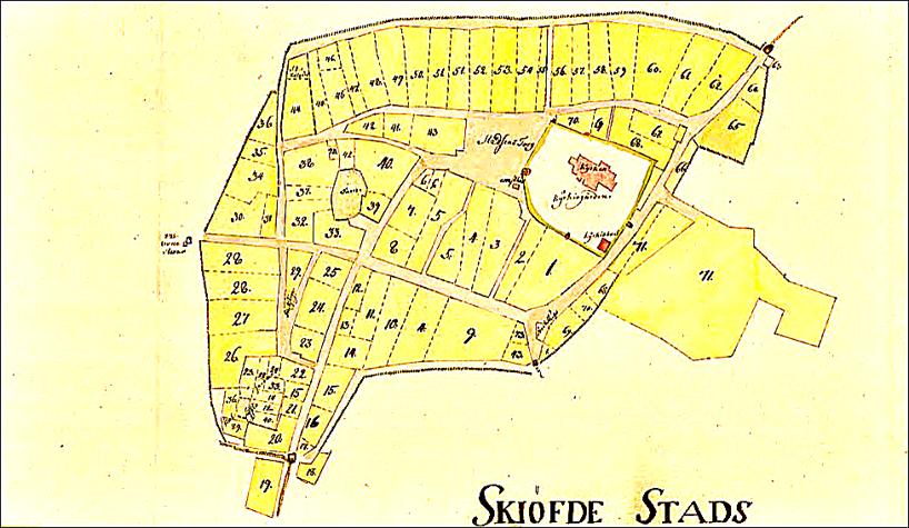 """Skövdekarta 1750 med tomtnummer. Märk """"stallet"""" vid kyrkport, en mindre """"kyrkobod"""" i s ö hörnet av kyrkogården och """"2:ne (tvenne) kronostenar"""" vid västra porten. (Lantmäteriet Historiska kartor)"""