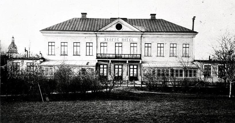 """1880-tal och nu har verandorna byggts in ytterligare med """"ritkiga"""" tak. (Skövde Stadsmuseum)"""