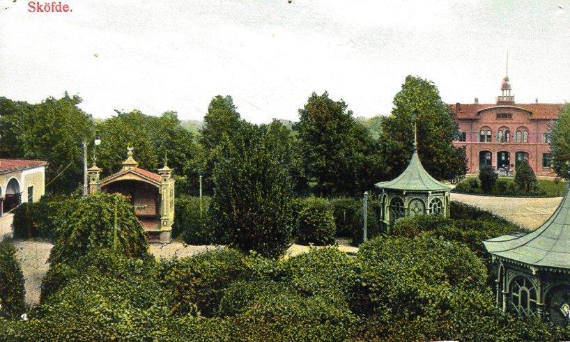 Ombyggd järnvägsstation 1906 med en praktfull hotellträdgård och uppväxt Järnvägspark. (Skövde Stadsmuseum)