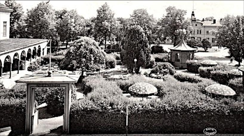 1910-tal med parasoller, lusthus och valbågar bara för trevnad. Hotellets trädgård var en tillgång för hotellboendet och järnvägsparken bidrog med grönska. (Skövde Stadsmuseum)