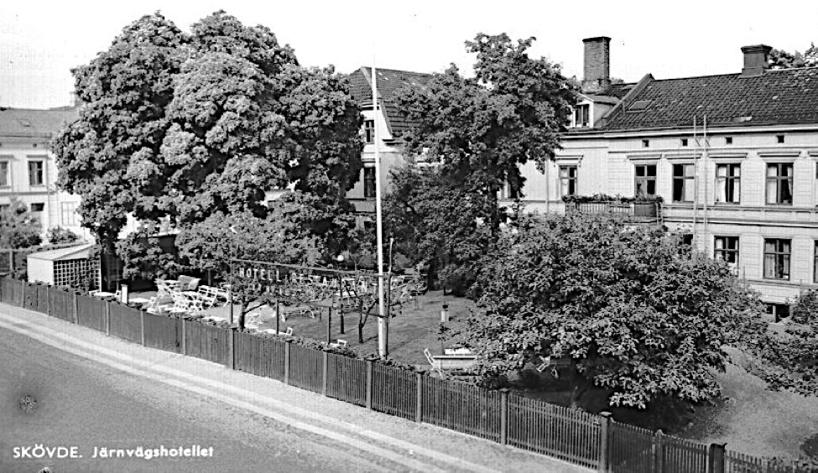 Järnvägshotellets trädgårdsservering gör reklam utmed Trädgårdsgatan på 1930-talet och tycks ha tagit nästan hela trädgården i anspråk. (Skövde Stadsmuseum)