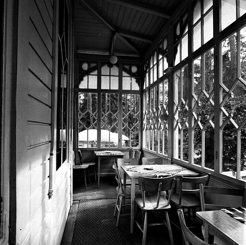 """En ljus """"pounsch""""-veranda för avnjutande av de spirituosa drycker som här serverades. (Skövde Stadsmuseum)"""