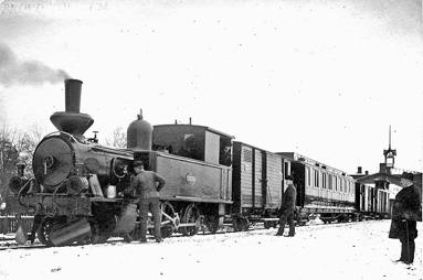 """På bildens baksida står skrivet """"första tåget 31/3 1904. Loket var SAJ Nr 1, """"SKÖFDE""""(Skövde Stadsmuseum)"""