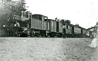 1913 med ett nytt lok på spåret. Det uthyrdes av Skövde stad. Lok Nr 4 som döptes till VARNHEM. Återigen fanns ett  lok med namn efter den enda stationen utmed linjen. (Västergötlands Museum)