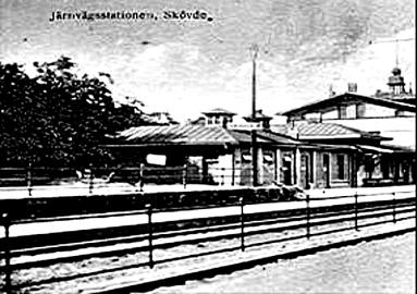 Efter elektrifieringen 1925. Delförstoring av vykort med dålig upplösning. Ger en bra bild av SAJ's stoppbock framför de offentliga toaletterna på SAJ-kajen.