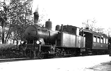 1940 och nu var det andra loket VARNHEM sålt till LSSJ (1935) och var på SAJ-kajen som LSSJ Nr 50. (Västergötlands Museum)