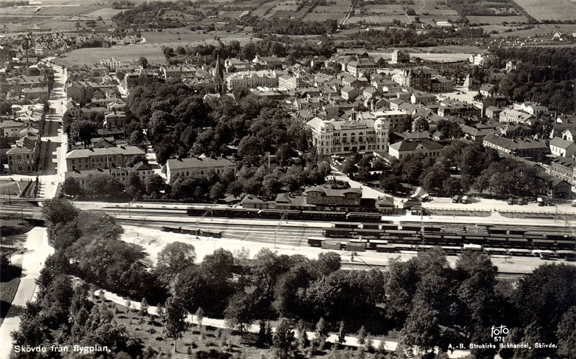 Flygbild 1930-tal. En sammanfattning av Skövde de första årtiondena på 1900-talet. SAJ's angöring till stationen i Skövde med SAJ-bron och frilastområdet t v. (www.vykort.panatet.se)