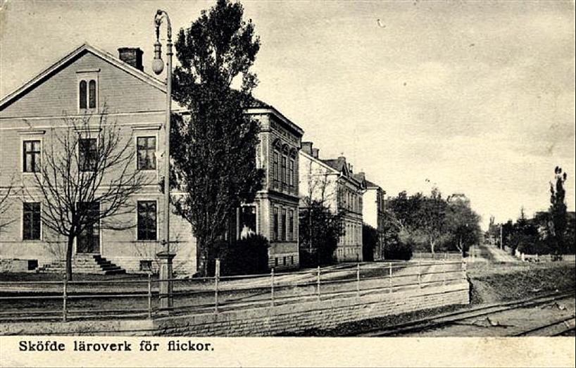 Skolgatan 2 (Flickskolan), lokförare Dahlins hus och på hörnet mot Kungsgatan fotograf Ludvig Ericsons hus på rad framför SAJ's frilastkaj. Trädgårdsgatan rakt fram.  (www.vykort.panatet.se)