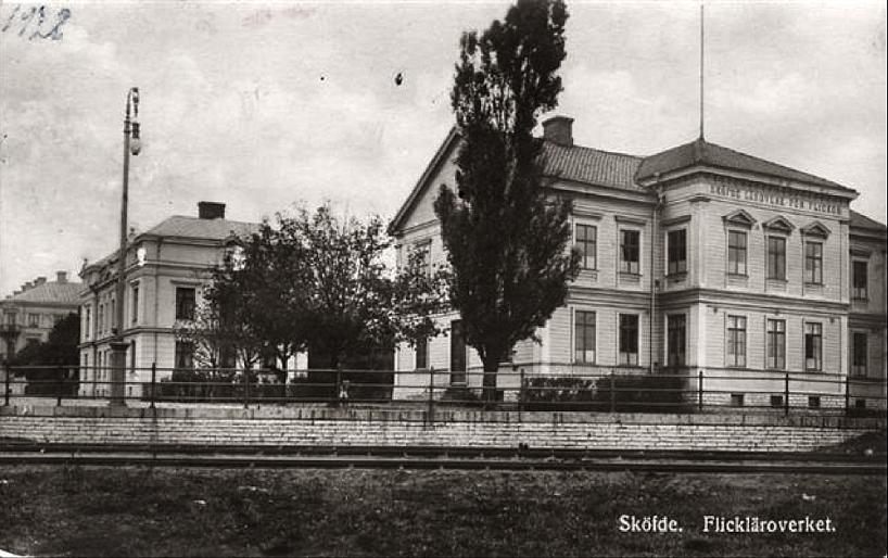 Från Skolgatan 2 (Flickskolan) ser vi Skolgatan 4, lokomotiveldare Bergs hus och slutligen postmästare Gyllenrams Villa på rad mitt framför växlingen till SAJ's bangård. (www.vykort.panatet.se)