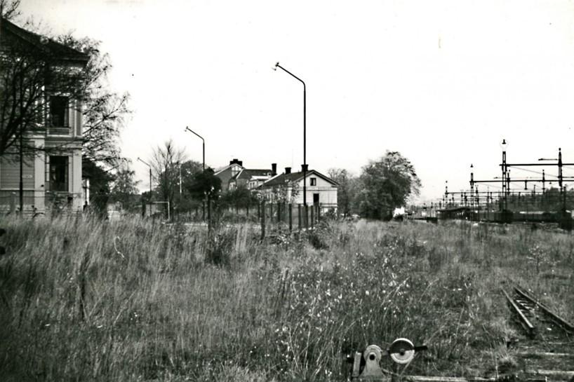 1965 var spåret delvis upprivet. Växel för bangårdsspår ännu kvar. Skolgatan 2 ser ödsligt ut. Nytt posthus har tagit det stora Grönvallska/Pettersonska huset längst bort i bild. (Skövde Stadsmuseum)