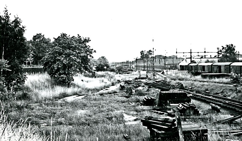 Lokstallet nära Vasaplan hann rivas innan de här bilderna av SAJ's södra bangårdsdel, men man kan fortfarande ana vändskivan. (Skövde Stadsmuseum)