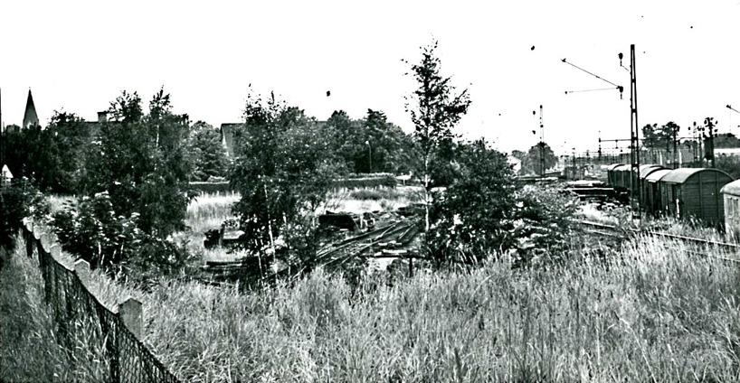 1965. Nästan på järnvägsövergången vid Vasaplan. SAJ's bangård i spillror inför nya tider. SAJ's spår mot Axvall nu övertaget av Gullhögen och utan tre-skenan. (Skövde Stadsmuseum)