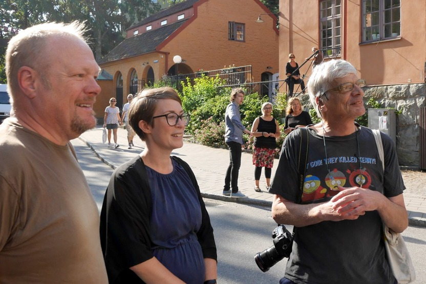 id Filmstaden fr.v Thomas Broman, Bergmans, Ida Thorén från Filmstaden och Lars Epstein från DN, medan Teatervagnen monteras på granitsockeln.