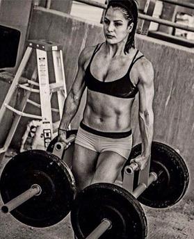 Du kommer inte bli såhär tränad enbart genom att bära vikter. Men du kommer bygga dig en riktigt stark bål!
