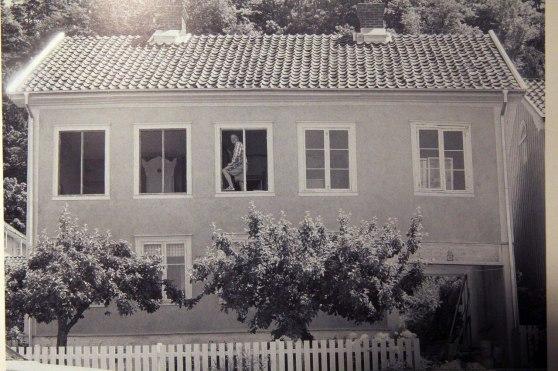"""Samma hus 100 år senare, 2001. Ur boken """"Callas Grenna  -  Då och nu""""."""