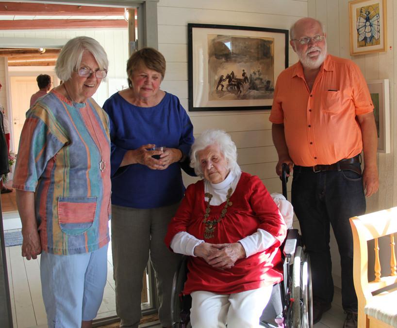 Pia Campbell (102 år) med sina barn.