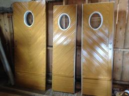 Nya dörrarna grundmålade.