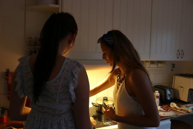 Emelie och Alexandra bakar Bounty-bollar