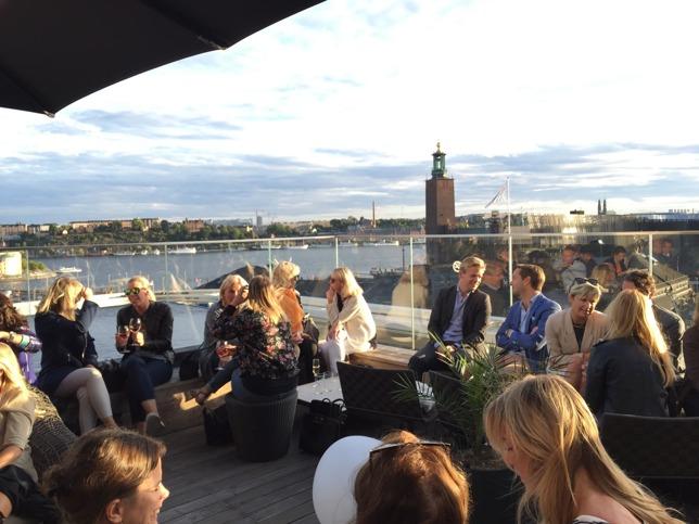 Vi gick till det nya Scandic Continental på Vasagatan där de har en mysig Skybar med utsikt över Kungsholmen och Södermalm