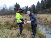 Jonas Andersson och Faruk Djodjic mäter fosforhalten i utloppet från dammen på Wiggeby gård