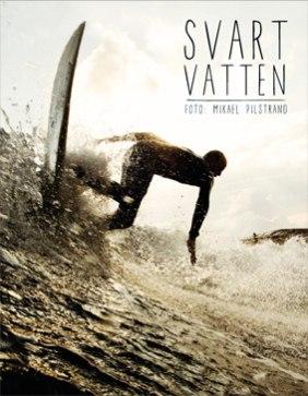 I Svart Vatten möter du 8 svenska surfare. Här berättar de hur just deras liv formats av vågor och vatten. Men framför allt möter du Mikael Pilstrands bilder – dramatiska, ödesmättade, saltstänkta som tillsammans med Tony Kammari's texter berättar en historia om svensk surfing.